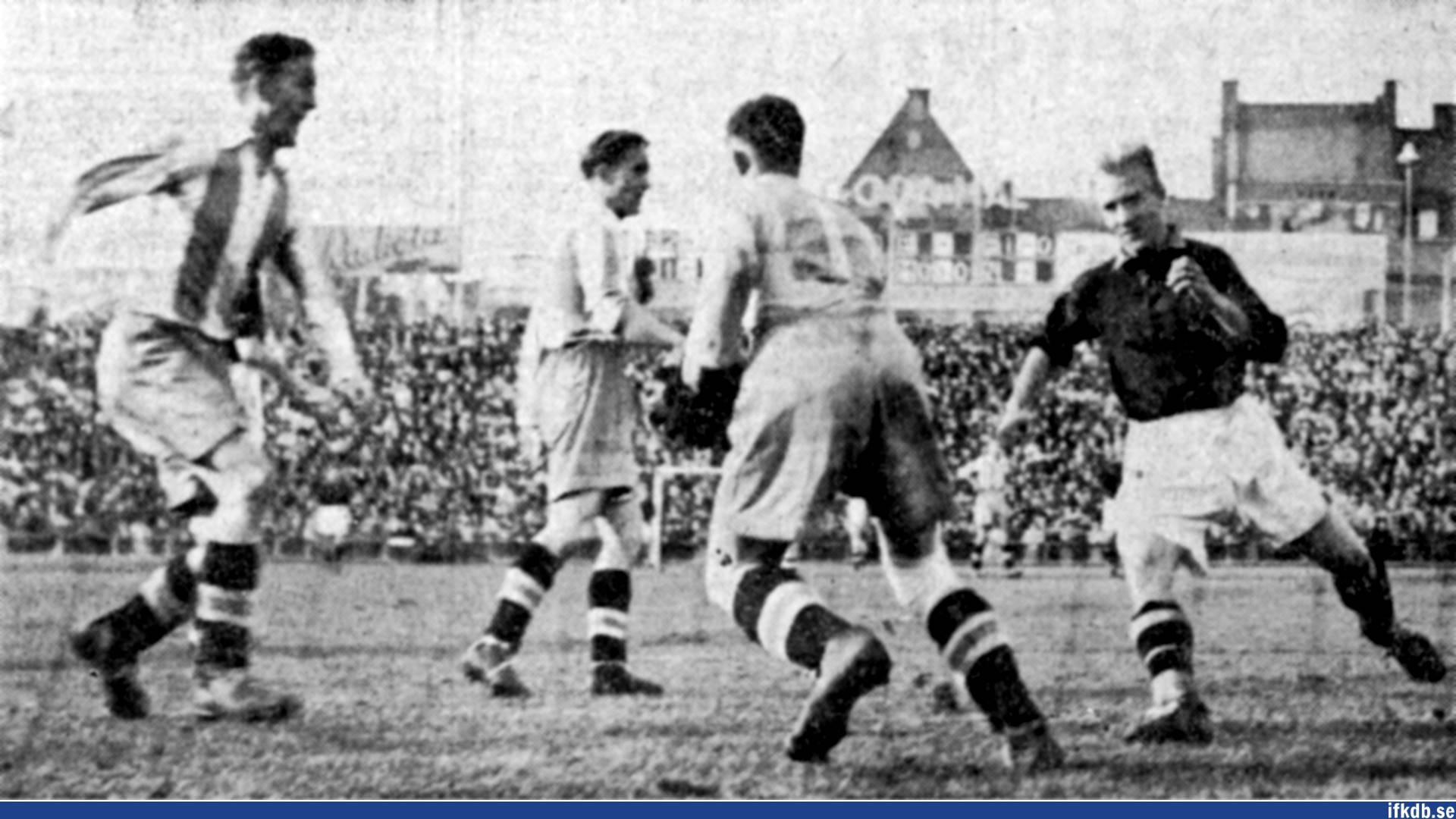 AIK:s Garvis Carlsson anfaller, men Henry Andersson har koll på bollen. Till vänster Ragnvald Pålsson.