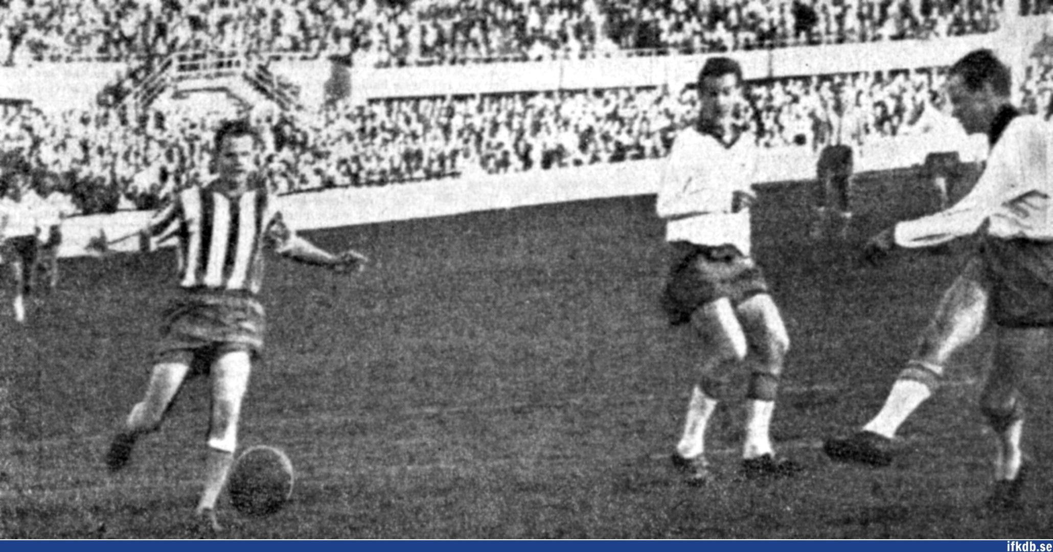 Dala Gustavsson (t.v.) hinner inte göra åt något åt inhopparen Gösta Löfgrens matchavgörande 2-1 för Norrköping. I mitten ses Norrköpings Örjan Martinsson som IFK Göteborg lånande in 1961 för en vinterturné.