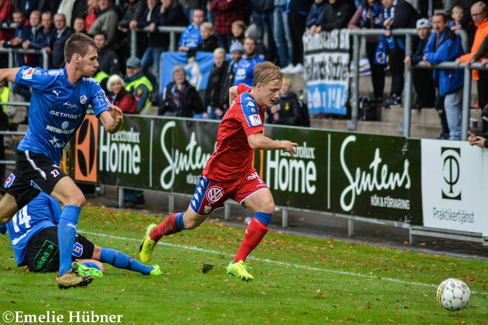 Billy Nordström tar sig förbi Halmstadspelare på sin kant.