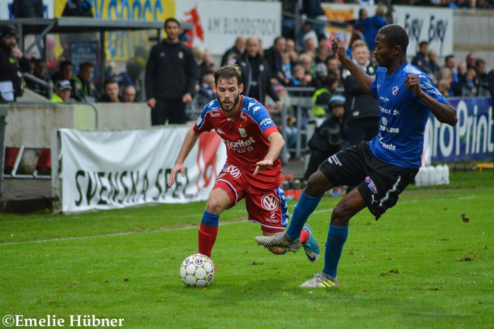 Emil Salomonsson tar sig förbi en motståndare.