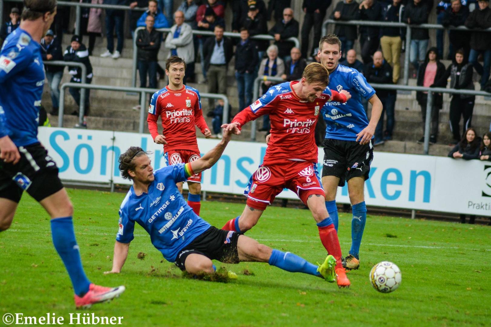 Sebastian Eriksson sliter. I bakgrunden ses Patrik Karlsson Lagemyr.