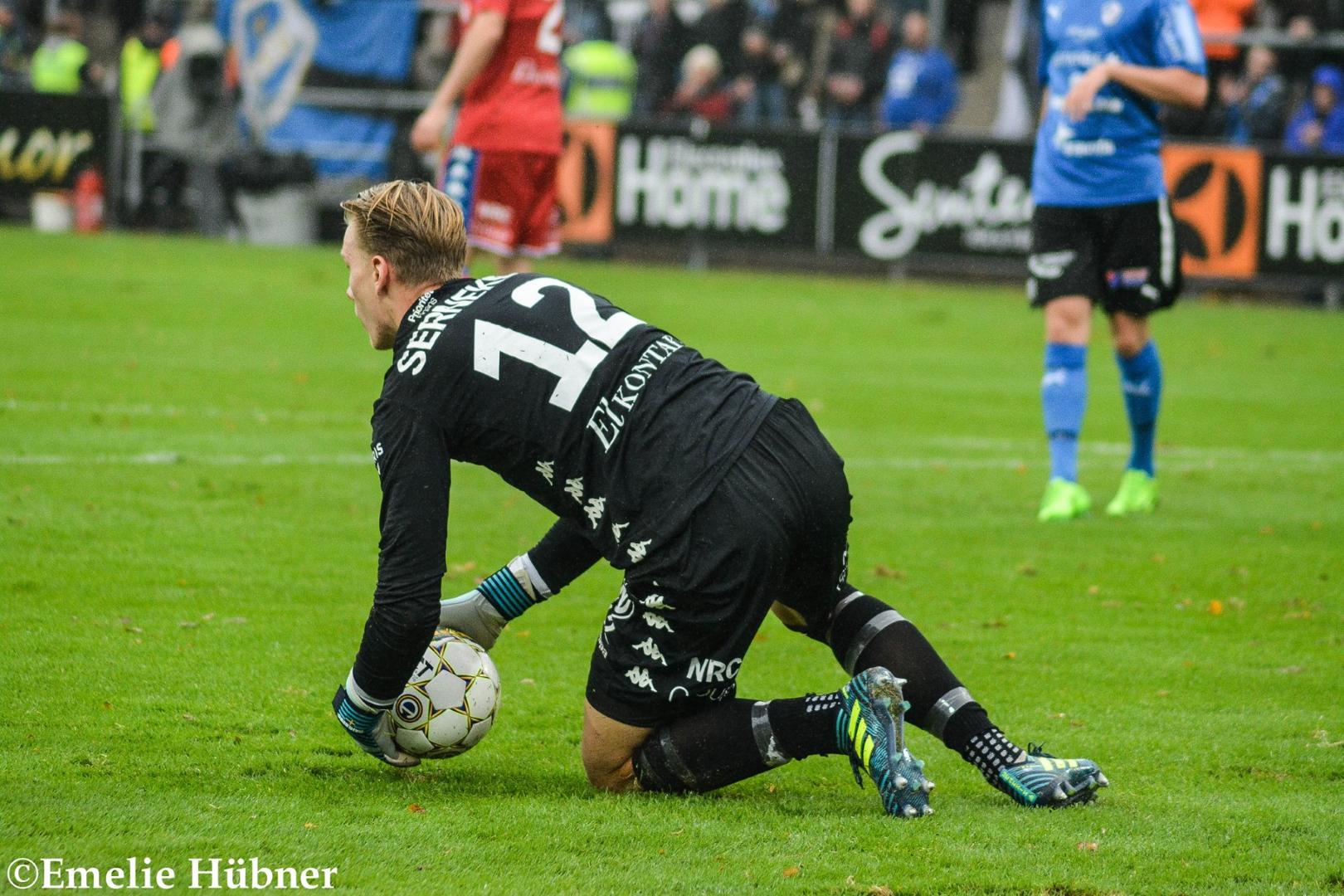 Pontus Dahlberg har kontroll på bollen.